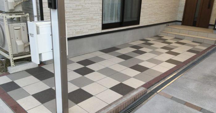 3色のタイルを組み合わせた玄関アプローチ