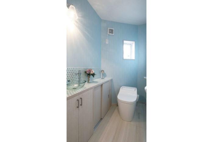 ライトブルーが映えるこだわりのトイレ