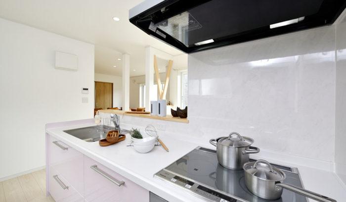 自然光が差し込む、やわらかい雰囲気のキッチン